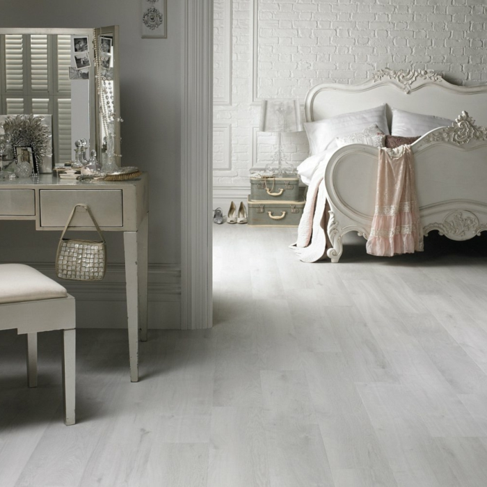 moderne bodenbeläge schlafzimmer helles holz luxuriöses bett wohnideen