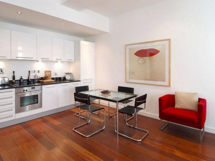 moderne bodenbeläge schlafzimmer holzboden roter sessel schwarze stühle weiße küchenschränke