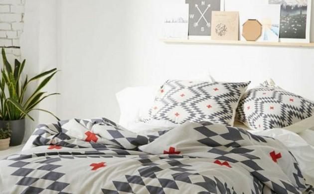 moderne-bodenbeläge-weisse-holzdielen-schlafzimmer-geometrische-muster-bettwäsche