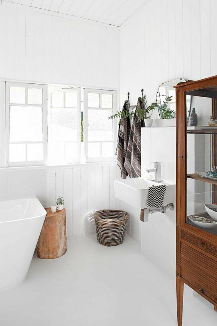 moderne bodenbeläge weisser bodenbelag bad antike kommode freistehende badewanne naurholz hocker wandverkleidung holz