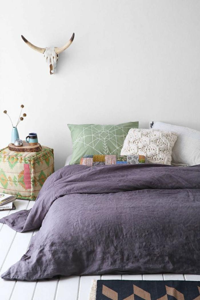 moderne bodenbeläge weisser bodenbelag holzdielen weiß lila bettwäsche gewobener pouf dekokissen