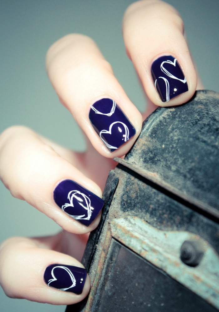 nageldesigns design nailart dunkelblau weiße herzen valentinstag motive gelnägel