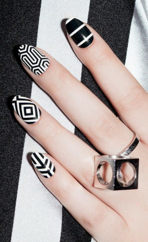nageldesigns fingernägel design nailart geometrische muster gelnägel schwarz weiß