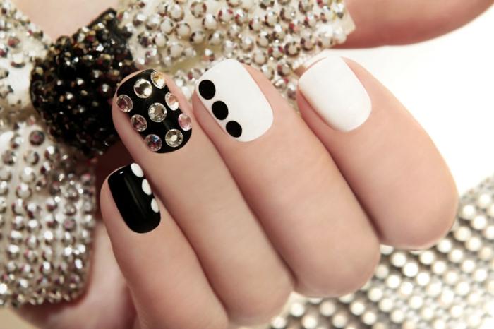 nageldesigns fingernägel design nailart glitzersteine diamanten schwarz weiß klassisch