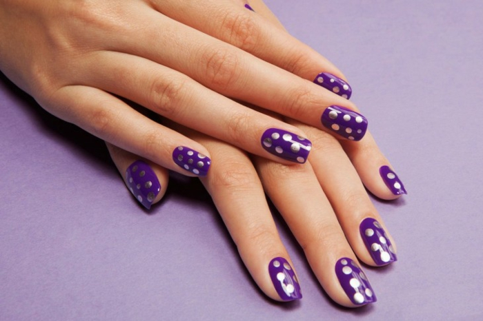 nageldesigns fingernägel design nailart lila silber punkte nagellack