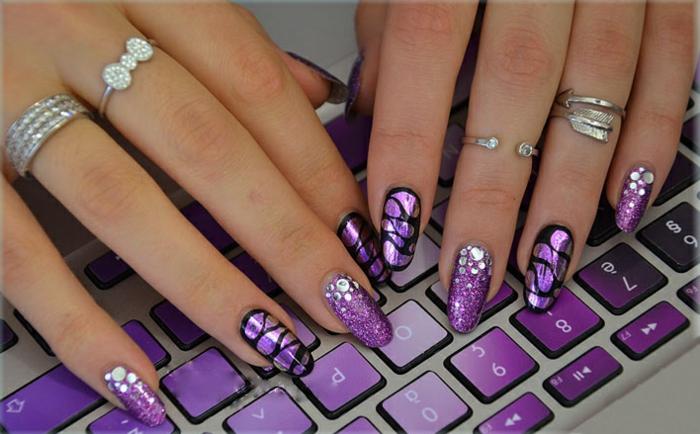 nageldesigns fingernägel design nailart sommertrend lila glitzersteine