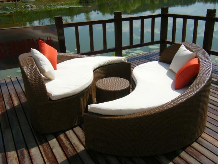 rattan garten sofa ausgefallene form runder gartentisch gartenmöbel