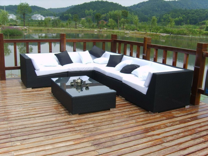 rattan sofa garten ecksofa weiße sitzkissen schwarze dekokissen
