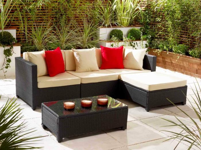 rattan sofa garten gartenmöbel set rote dekokissen pflanzen