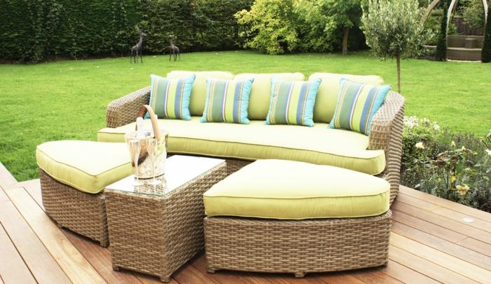rattan sofa garten rattan gartenmöbel set frische dekokissen streifenmuster