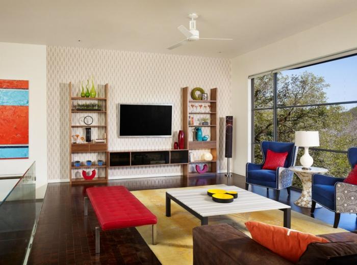 schöne wohnideen wohnzimmer gelber teppich blaue sessel rote akzente