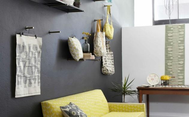 schwarze-wandfarbe-akzentwand-gelbes-sofa-heller-teppich-wohnzimmer-einrichten