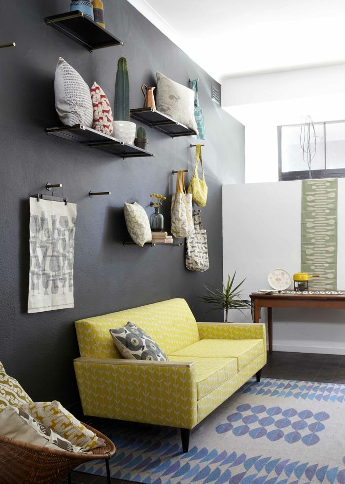 Schwarze Wandfarbe Akzentwand Gelbes Sofa Heller Teppich Wohnzimmer  Einrichten
