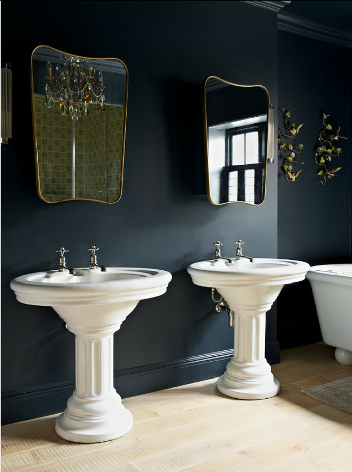 schwarze wandfarbe badewzimmer heller boden wandspiegel