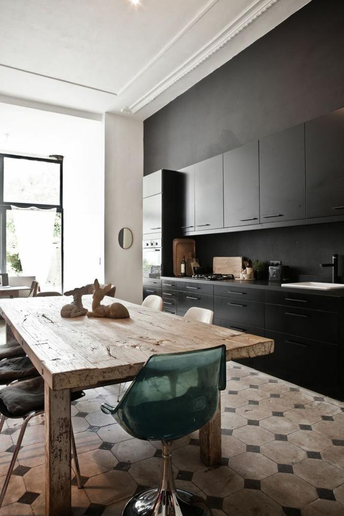 schwarze wandfarbe wohnideen küche rustikaler esstisch coole küchenstühle