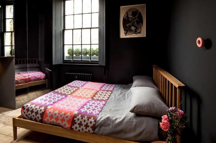 schwarze wandfarbe wohnideen schlafzimmer farbige bettwäsche blumen spiegeloberflächen