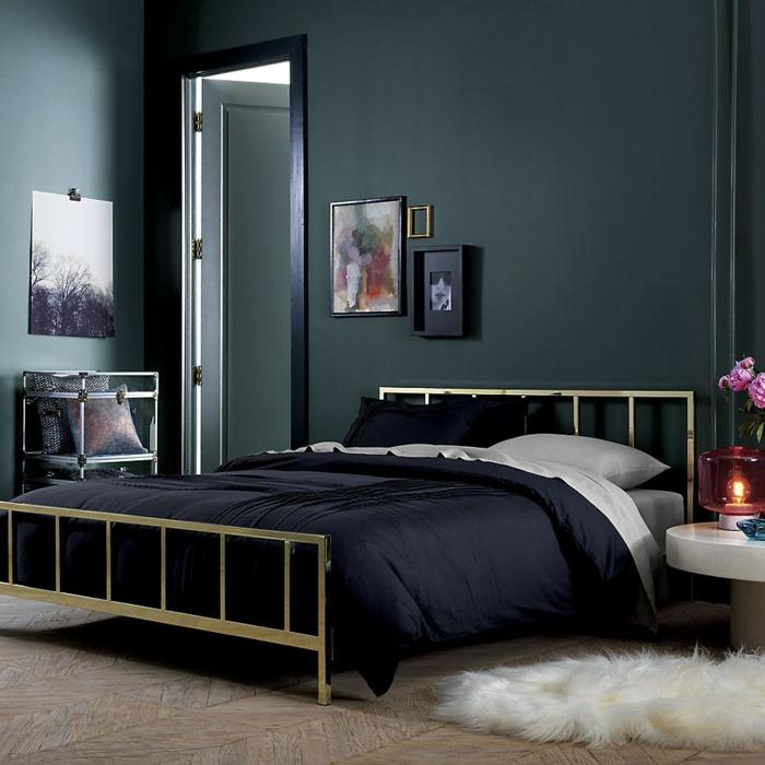 schwarze wandfarbe wohnideen schlafzimmer fellteppich schwarze bettwäsche blumendeko