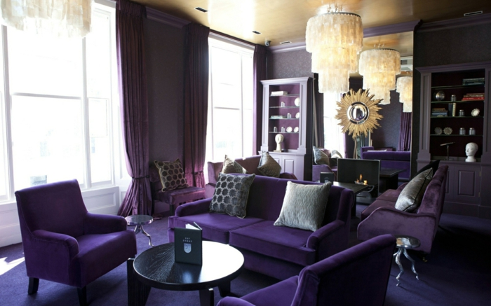 schwarze wandfarbe wohnzimmer einrichten lila möbel lange gardinen