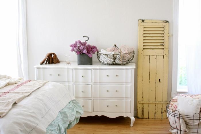 shabby chic kommode anrichte weiß schlafzimmer alte fensterläden gelb