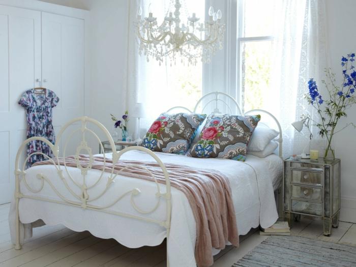 shabby chic kommode romantisches schlafzimmer metallbett weiß spiegelanrichte schubladen