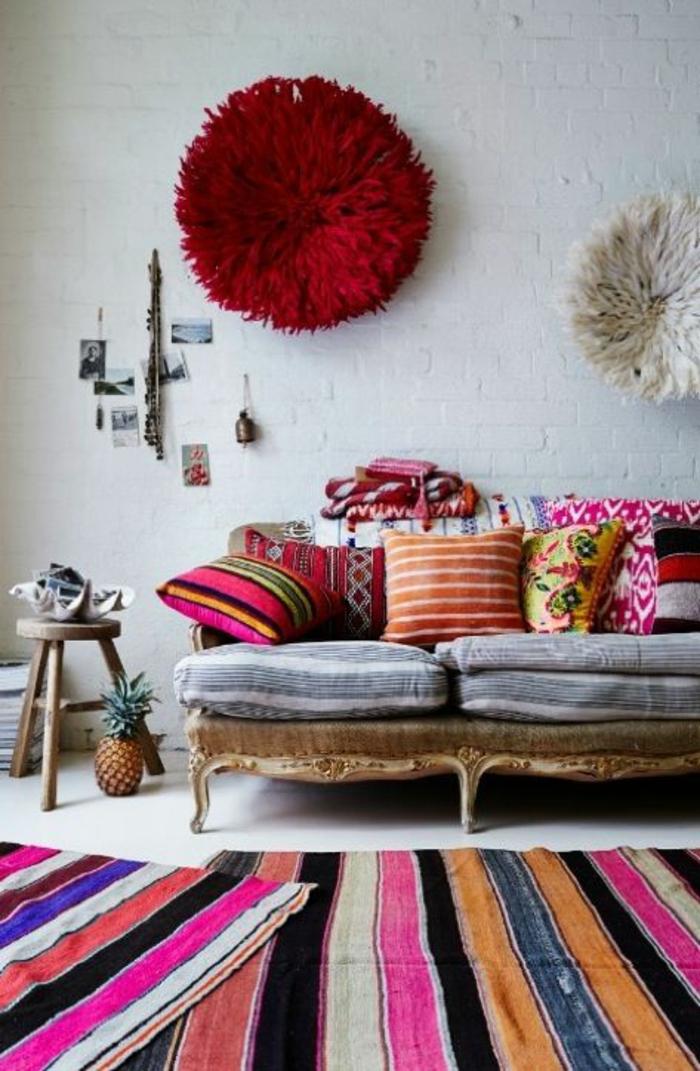 Shabby Chic Möbel Boho Style Antike Couch Gestreifte Teppichläufer  Dekokissen Ethnomuster