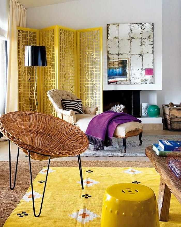 shabby chic möbel boho style einrichtungsstil gelber hocker paravent geflochtener sessel naturholz couchtisch