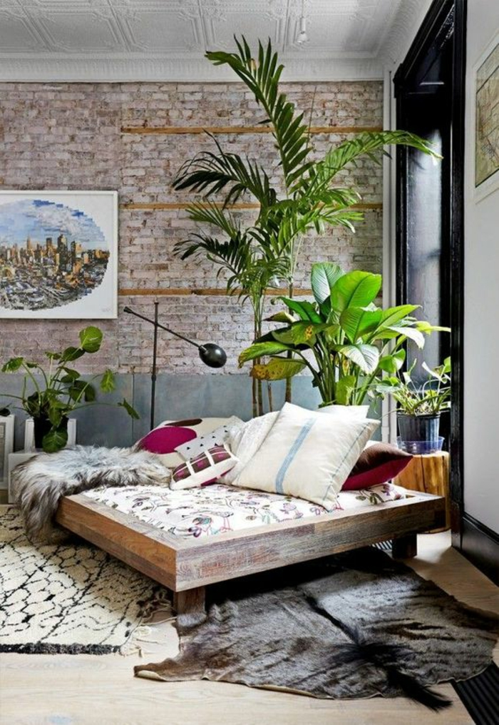 die Wand über das Bett mit Lichterkette dekorieren und Bücherstapel anstatt Nachttisch