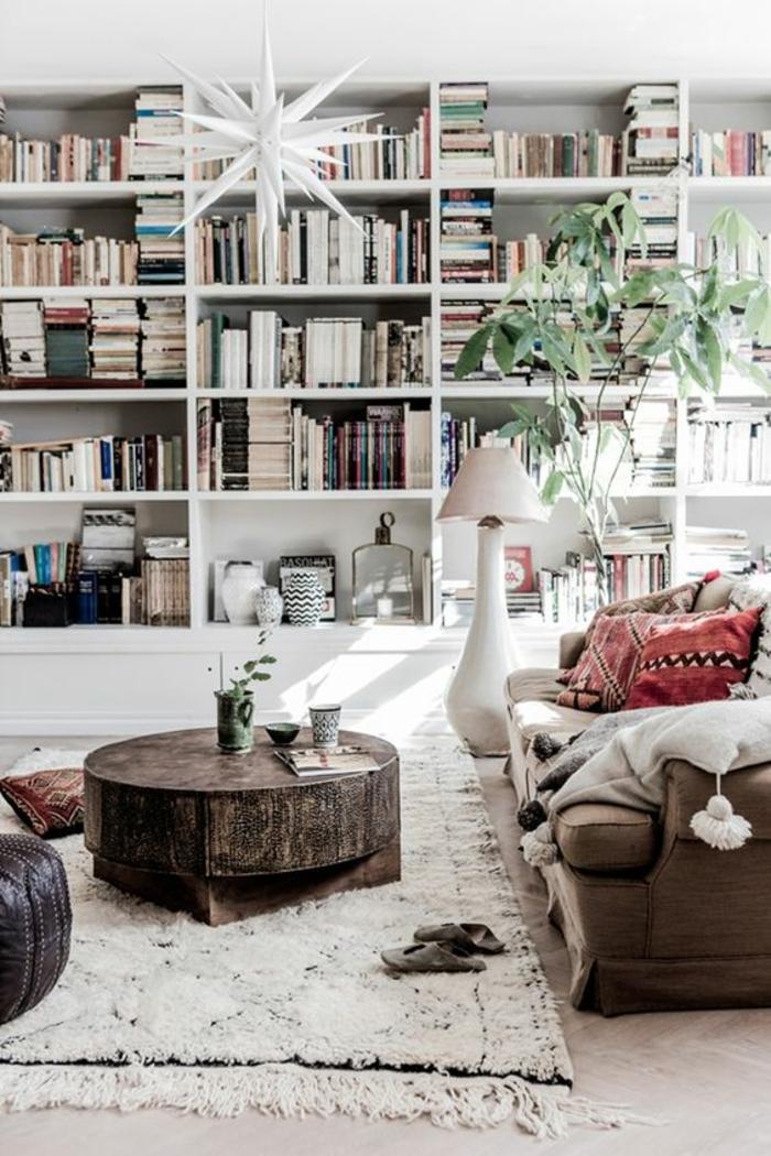shabby chic möbel boho style wohnstil wohnzimmer einrichten weicher teppich runder couchtisch lederpouf