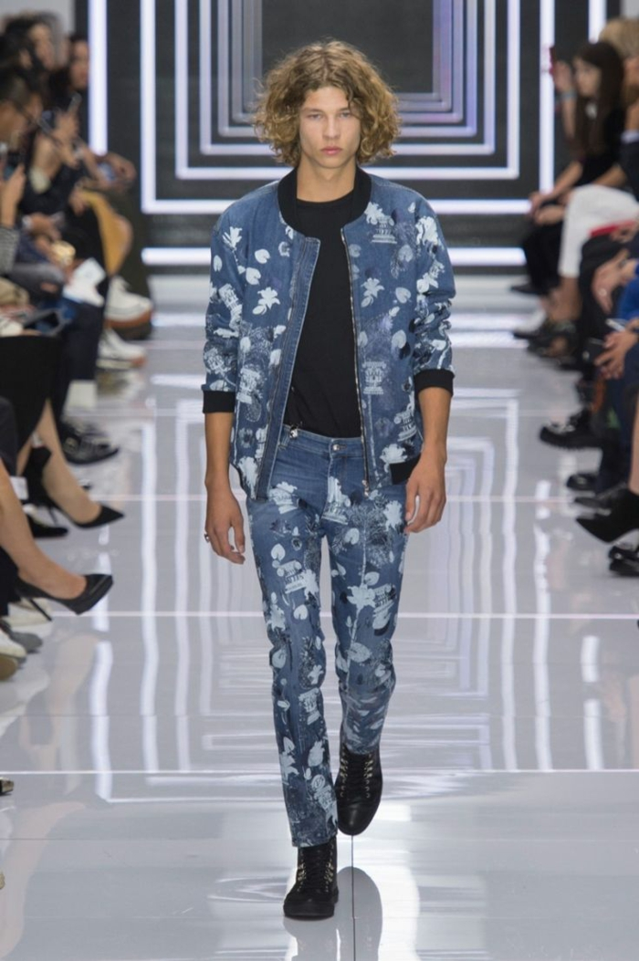 sommeroutfits versace 2016 sommermode frühling jeanshose oberteil jacke prints