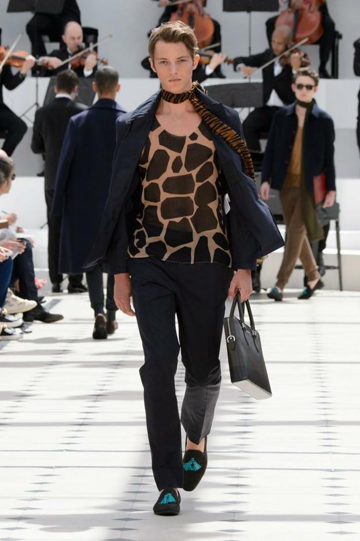 sommeroutfits burberry 2016 sommermode frühling sommerkollektion menswear tendenzen sakko tierprints hemd hose