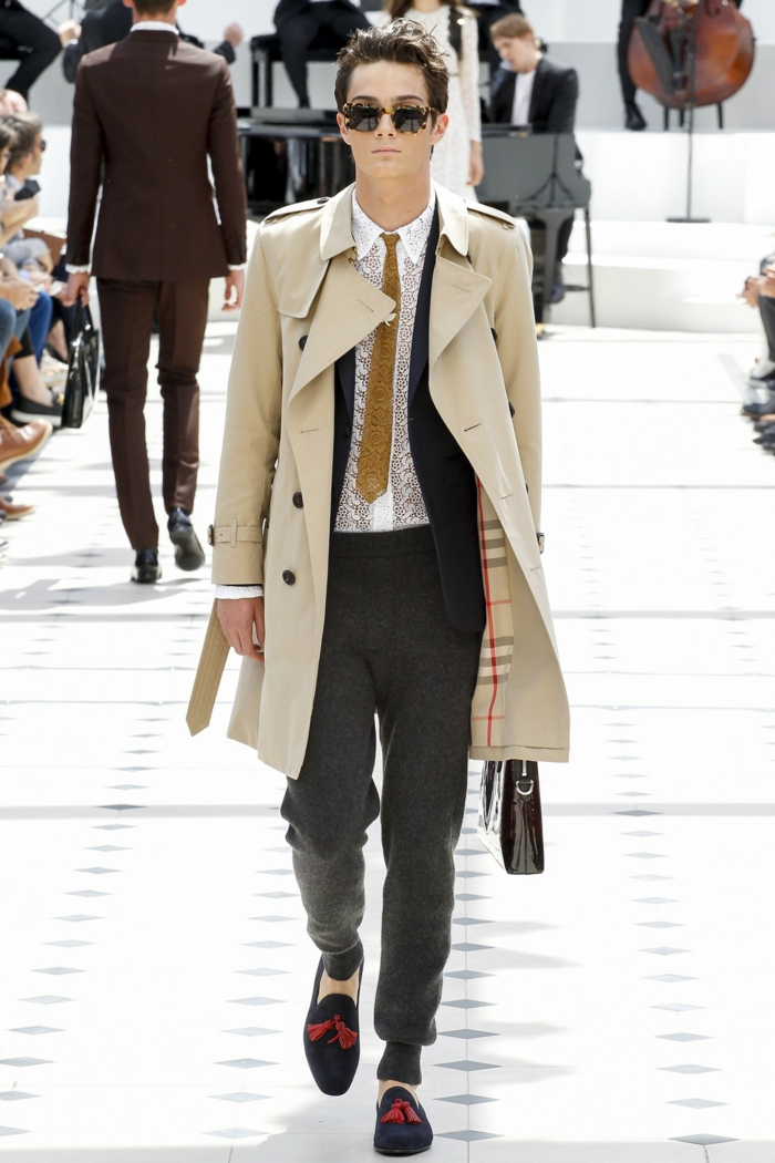 sommeroutfits burberry 2016 sommermode trenchcoat beige herrenmode krawatte sporthose