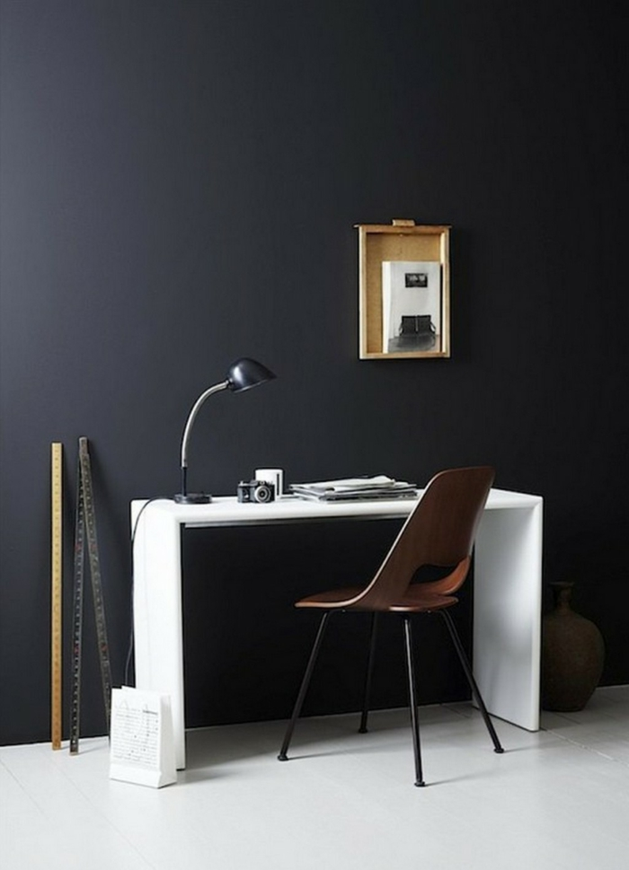 wandfarbe schwarz home office weißer boden weiße möbel