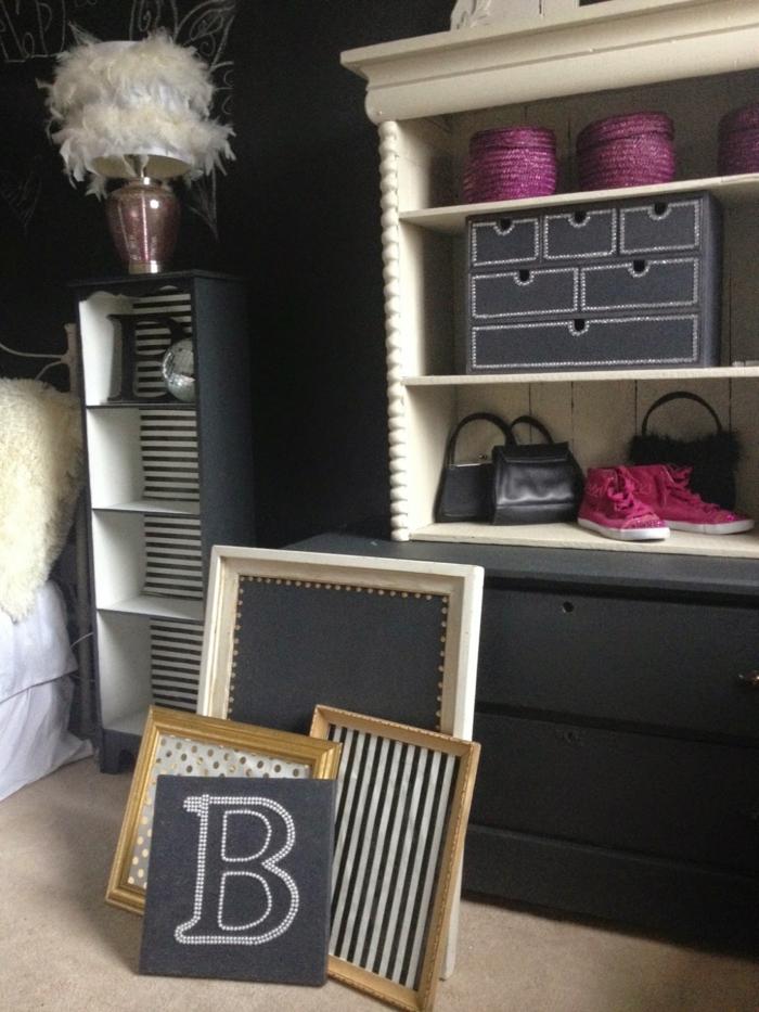 wandfarbe schwarz jzgendzimmer regale bilderrahmen