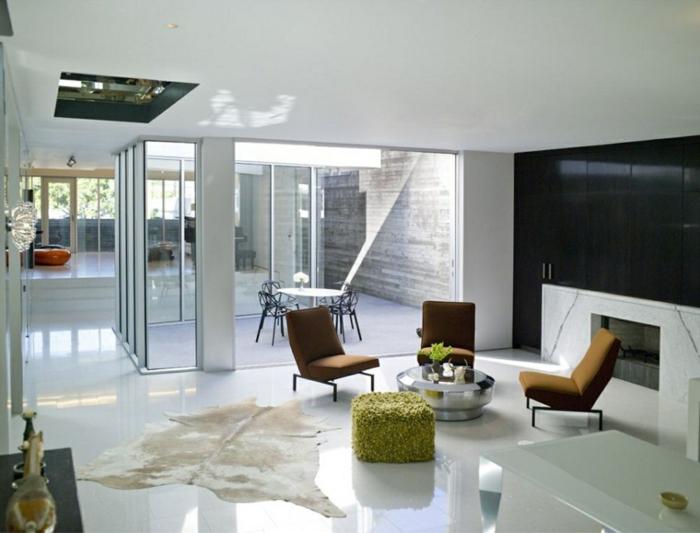 schwarze wandfarbe fellteppich akzentwand wohnzimmer einrichten