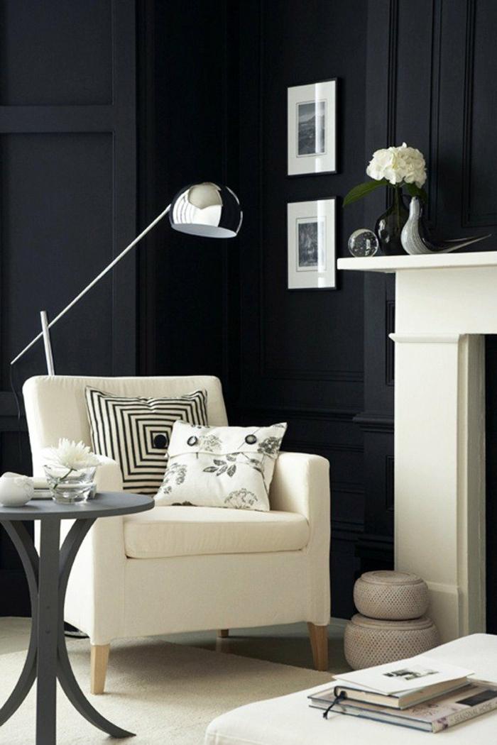 wandfarbe schwarz weißer sessel beistelltisch wohnzimmer