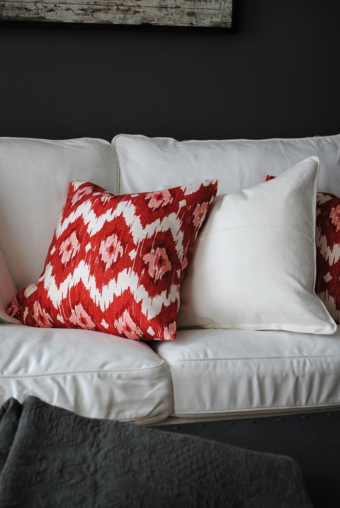 wandfarbe schwarz weißes sofa farbige dekokissen