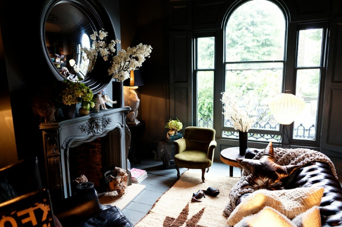 wandfarbe schwarz wohnzimmer einrichten kamin blumen