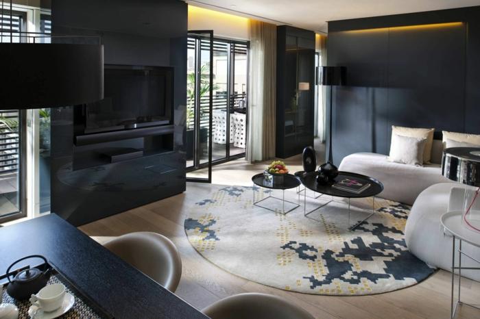 wandfarbe schwarz wohnzimmer runder teppich weiße möbel spiegeloberflächen