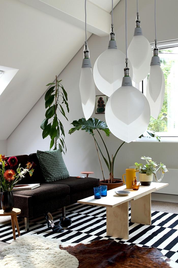 wohntrends wohnideen wohnzimmer pendelleuchten schwarz weißer streifenteppich pflanzen