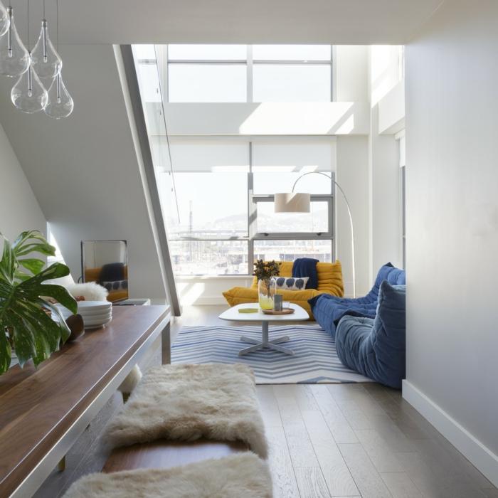 wohntrends wohnzimmer blaue akzente teppichmuster dachschräge fell