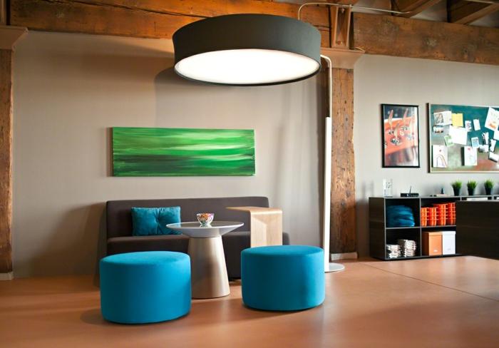 wohntrends wohnzimmer einrichten ideen blaue hocker holzelemente