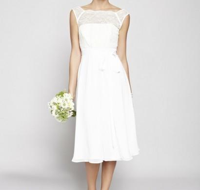 Brautmode-Kleid-für-Standesamt-weiß-Brautstrauß