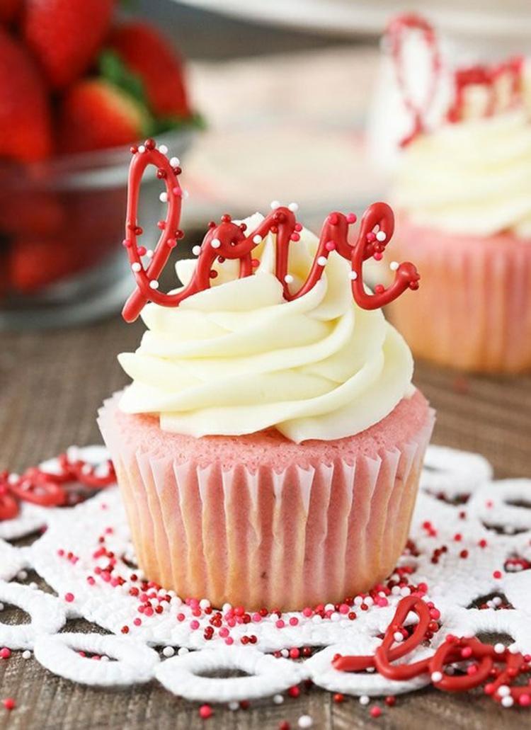 Erdbeertörtchen Rezept Vanille Muffins mit Erdbeer Love Dekoration