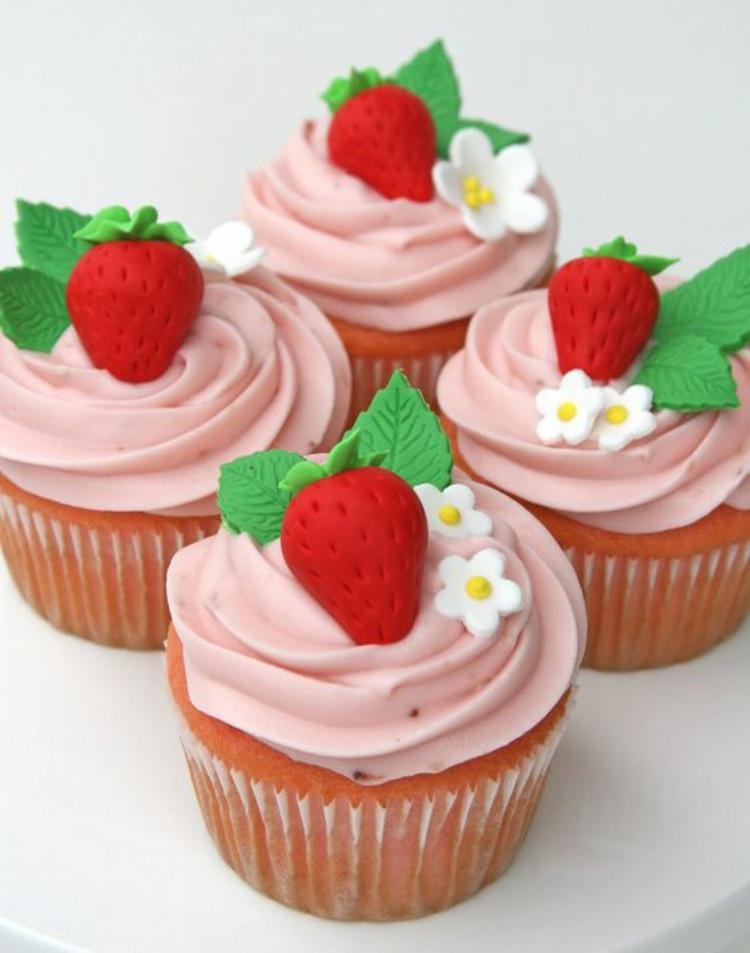 Erdbeertörtchen Rezept Vanille Muffins mit Erdbeer Schlagsahne
