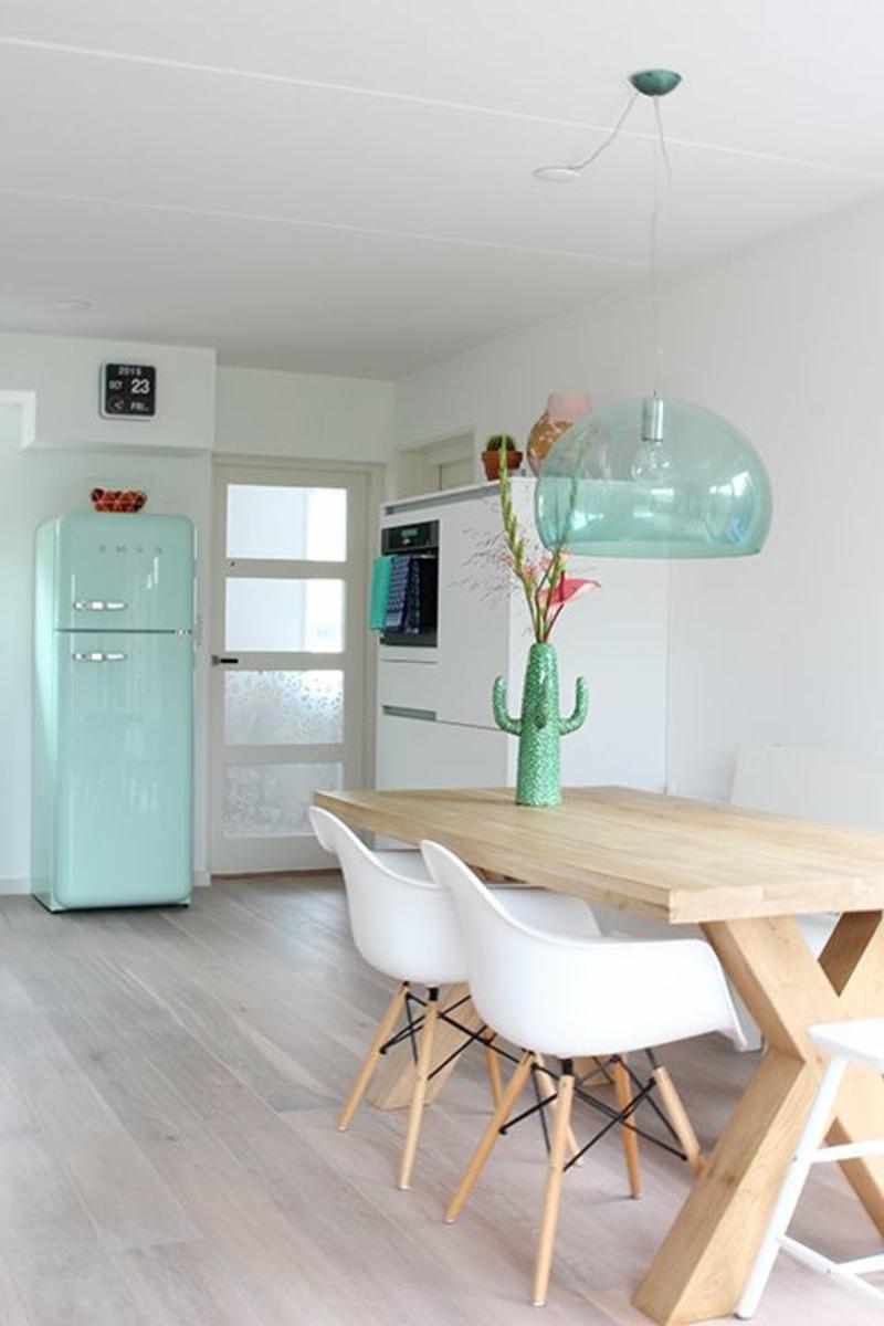 Esszimmer Möbel Holzttisch Pendelleuchte Eames Chairs