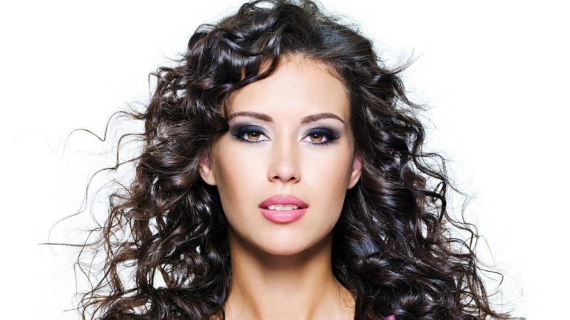 Haarpflege selber machen Haarmaske für schöne Locken Haarspray verwenden