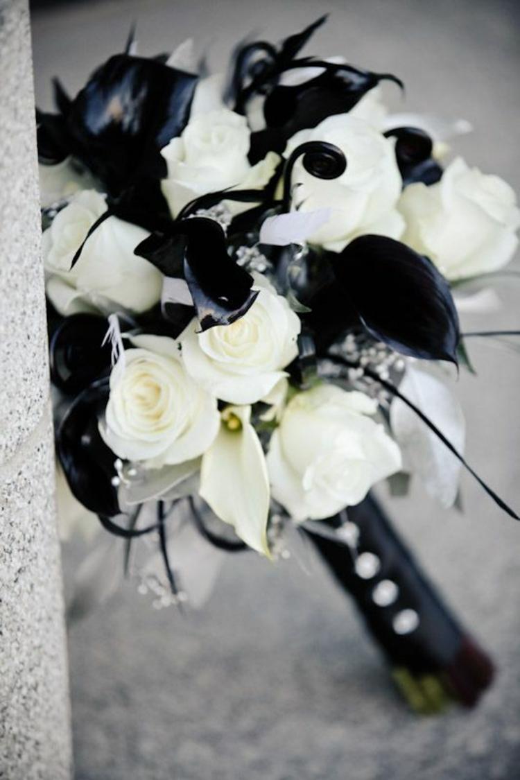 Hochzeitsfeier Ideen Schwarz Weiß Brauststrauß weiße Rosen