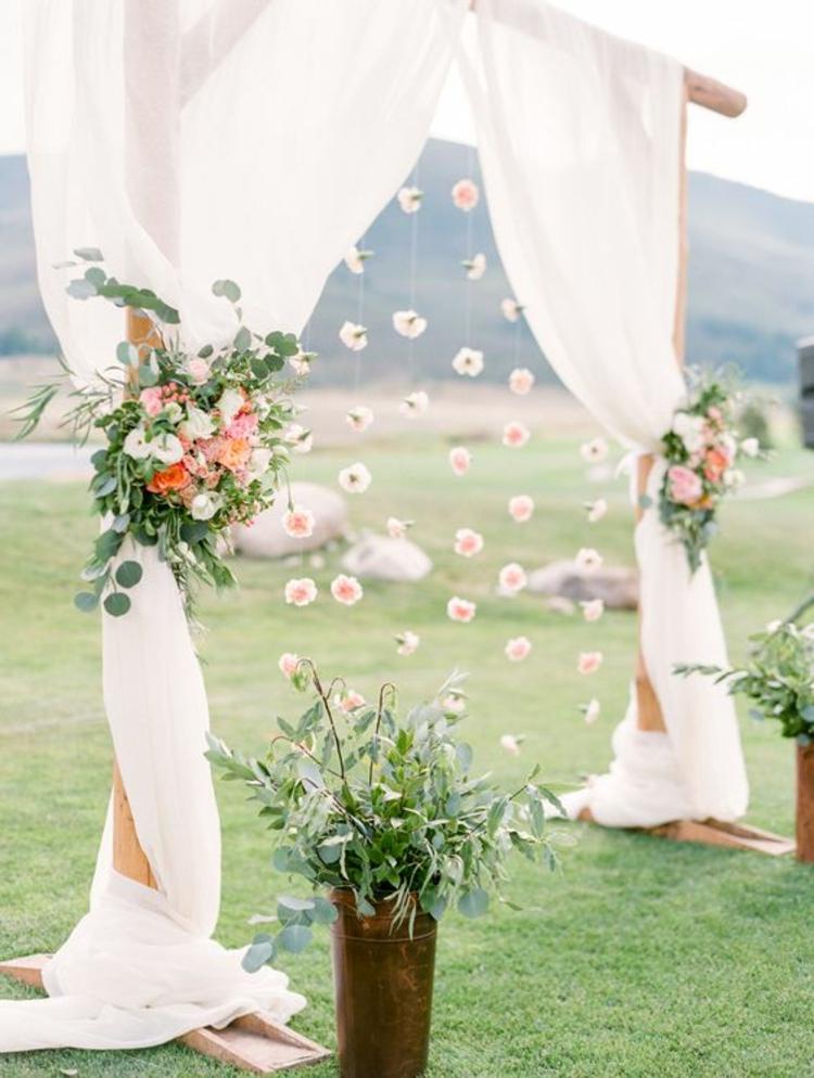 Hochzeitsfeier elfenbeinfarbene Hochzeitsdeko Blumen Girlanden
