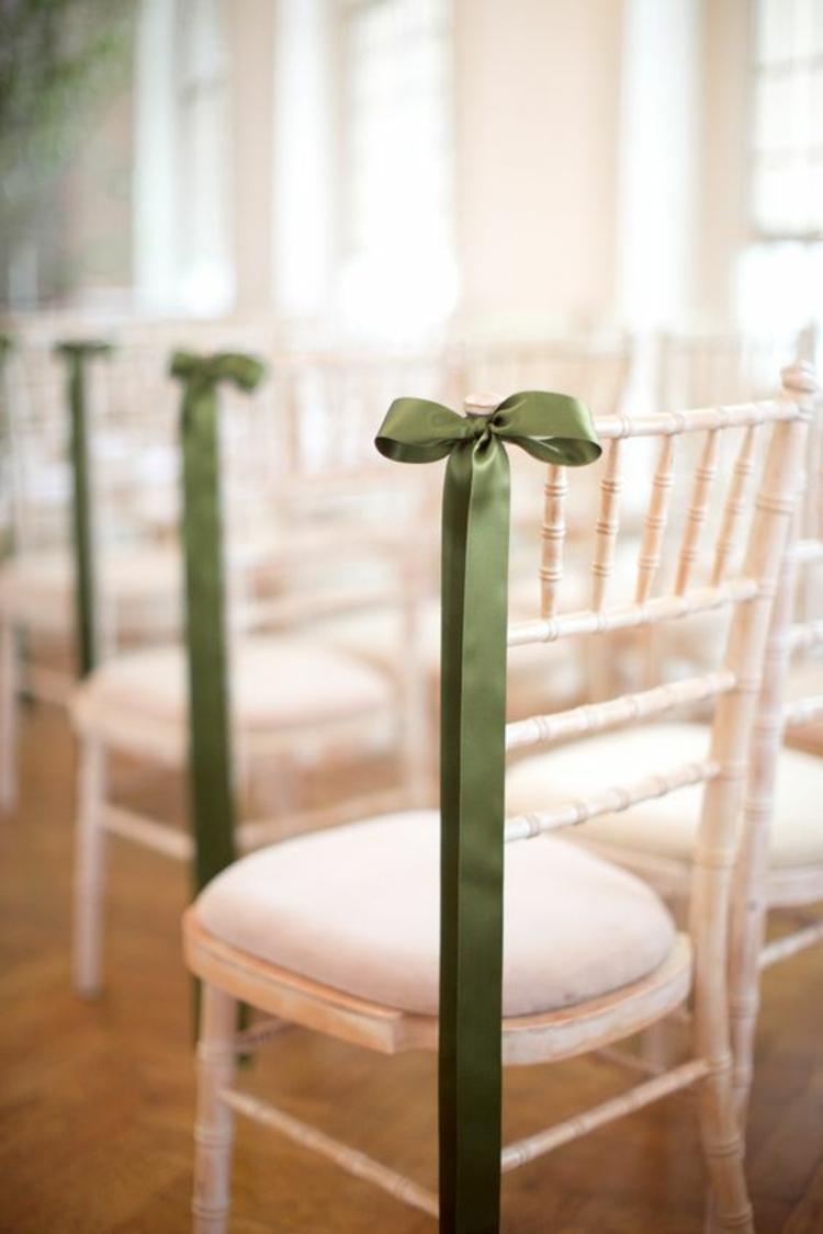 Hochzeitsfeier Ideen grüne Schleifen Stühle dekorieren Hochzeitsdeko selber machen