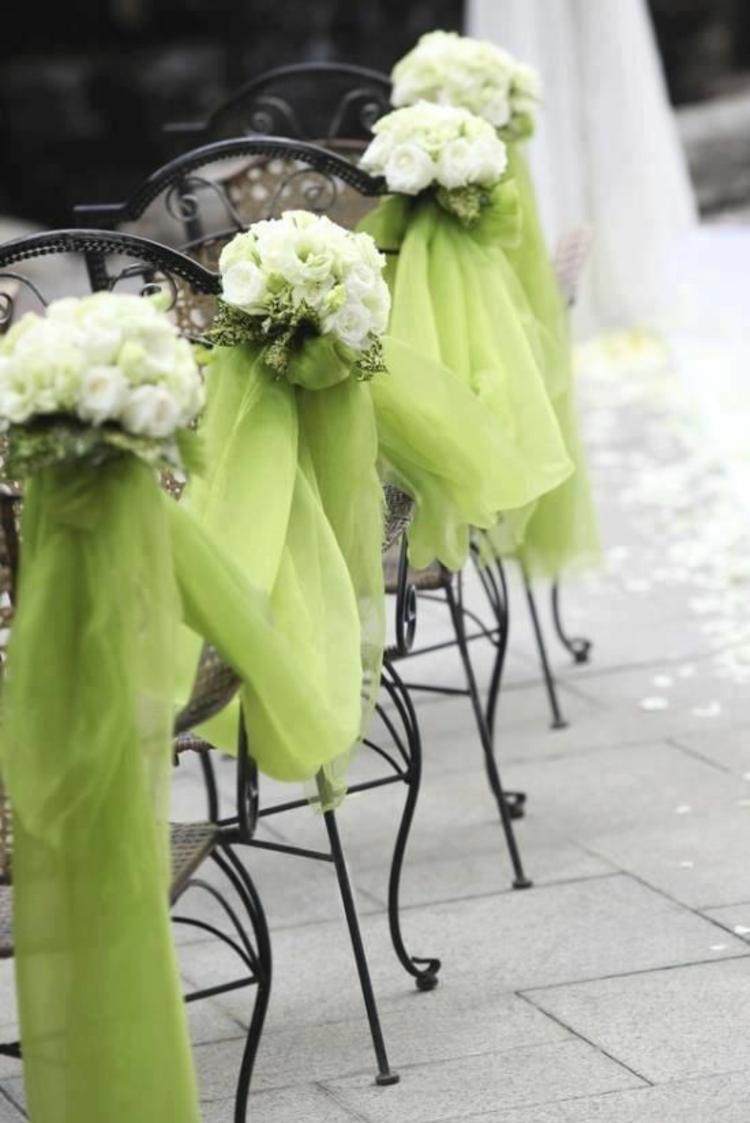 Hochzeitsfeier Ideen grüner Organzastoff und Blumen Stühle dekorieren